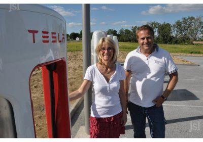 Arielle Bazin, propriétaire du motel-restaurant La Vieille Ferme à Sancé, et Christophe Piola, propriétaire du site et des bâtiments. Sur le terrain à l'arrière-plan, situé en bordure de la RD 906, est envisagée l'installation d'une centrale photovoltaïque. Photo Damien VALETTE